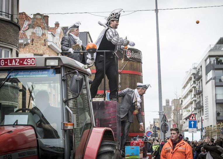 Prins Alexander XXXIII gooit vanop een praalwagen lekkers naar de menigte.