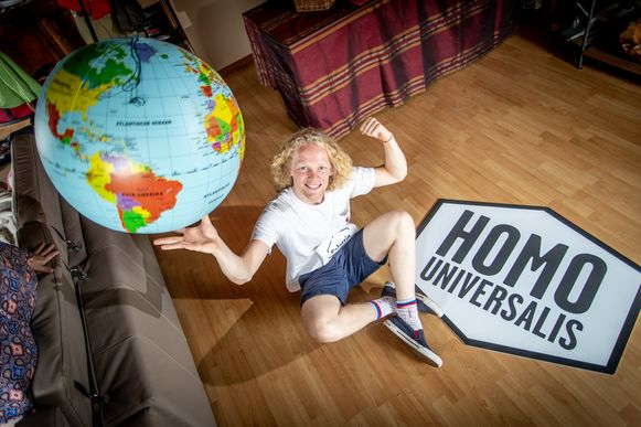 Selattin (18), de Winnaar van 'Homo Universalis', een rubriekje in het programma Iedereen Beroemd.
