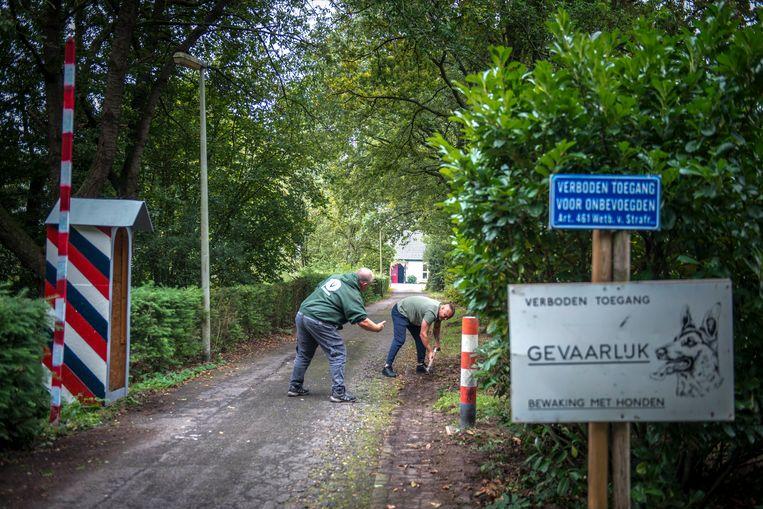 Veteranen Jamal en Erik verrichten onderhoud aan de oprit naar Thuisbasis Veteranen. Beeld Linelle Deunk