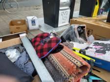 Dumpen van zakken textiel rijst de pan uit in Enschede: 'Ze komen hier vanuit de hele stad'
