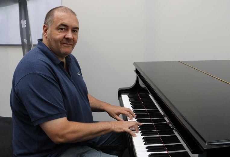 """Steve achter de piano. """"Een volledig orkest onder je vingers."""""""
