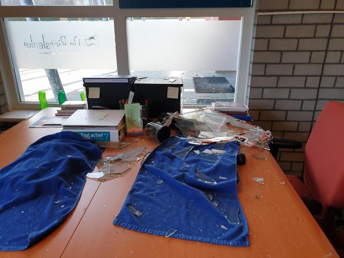 Tientallen rotjes werden tijdens de jaarwisseling bij basisschool De Rietslenke naar binnen gegooid. De schade was aanzienlijk.