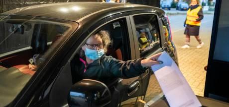 Supermakkelijk dat stemmen vanuit de auto: 'Dit mogen ze volgend jaar bij de landelijke verkiezingen ook zo doen'