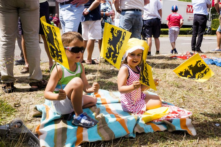 Kinderen zwaaien met vlaggetjes waarop de Vlaamse leeuw staat afgebeeld. De Vlaamse regering heeft de nieuwe eindtermen voor de eerste graad van het secundair onderwijs goedgekeurd. Opvallend: er staat expliciet in vermeld dat de leerlingen kennis moeten verwerven over de Vlaamse Gemeenschap en haar symbolen.