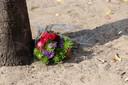 Voor het café waren ook bloemen gelegd, maar die zijn weer verdwenen.