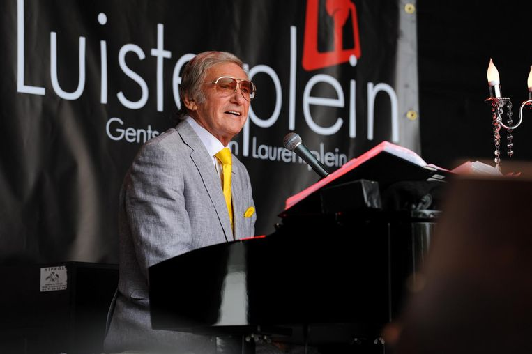Johan Stollz aan de piano op zijn Laurentplein tijdens de Gentse Feesten.