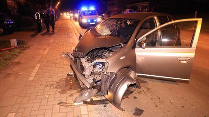 Bejaard koppel gewond na klap tegen geparkeerde auto