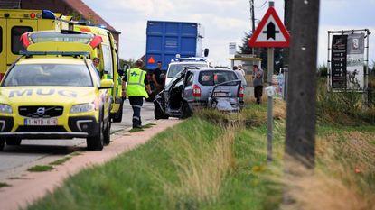 Vrachtwagen rijdt auto in flank: één zwaargewonde