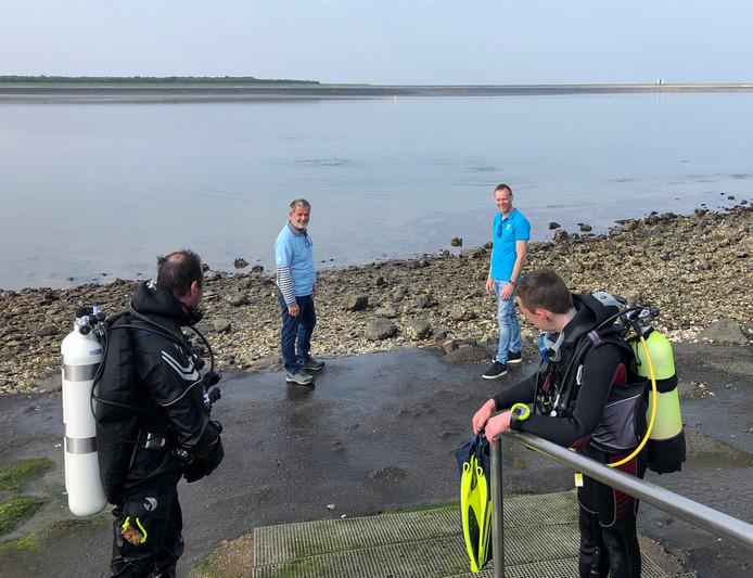Johan Verkamman en Desmond van Santen van de NOB willen dat de duiktrap bij de Bergse Diepsluis een stukje wordt verlengd.