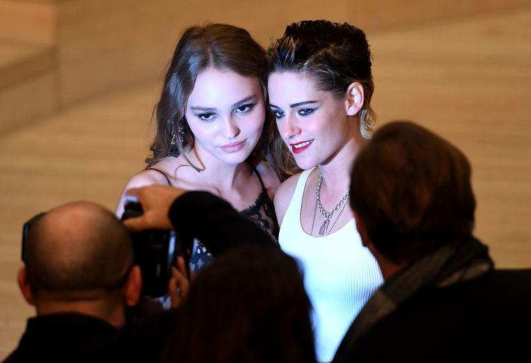 Lily-Rose Depp (L) en Kristen Stewart