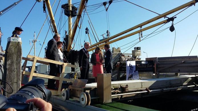 Koningin Máxima is aangekomen in de haven van Colijnsplaat. Van daaruit vaart ze met de ZZ9 van schipper Serge Schot naar Zierikzee.