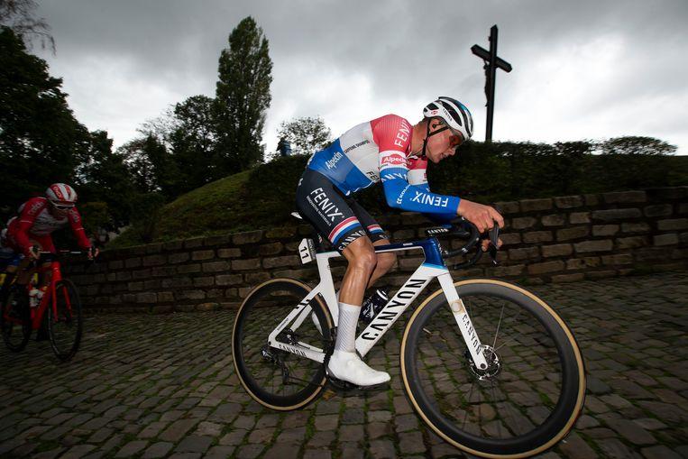 Mathieu van der Poel zwoegt zich naar boven in de slotrit van de BinckBank Tour, die vorige week alleen in België werd verreden. Beeld BELGA