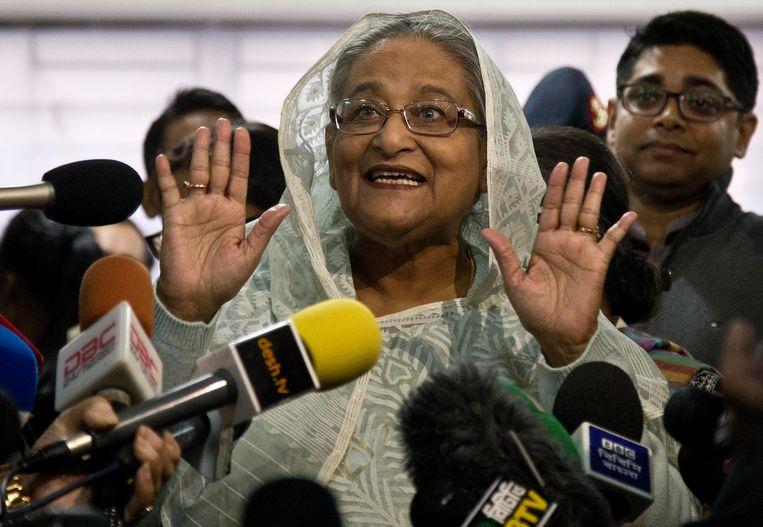 De premier van Bangladesh, Sheikh Hasina, nadat ze haar stem uitgebracht heeft.