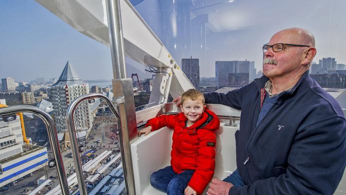 Floris met zijn opa Johan Kramer in het reuzenrad dat hoog boven Rotterdam uittorent.