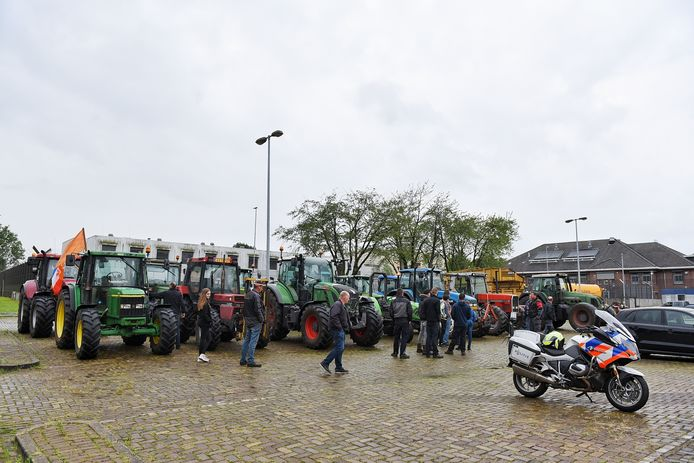 Boeren bij politiebureau in Tilburg om aangifte te doen tegen minister Schouten