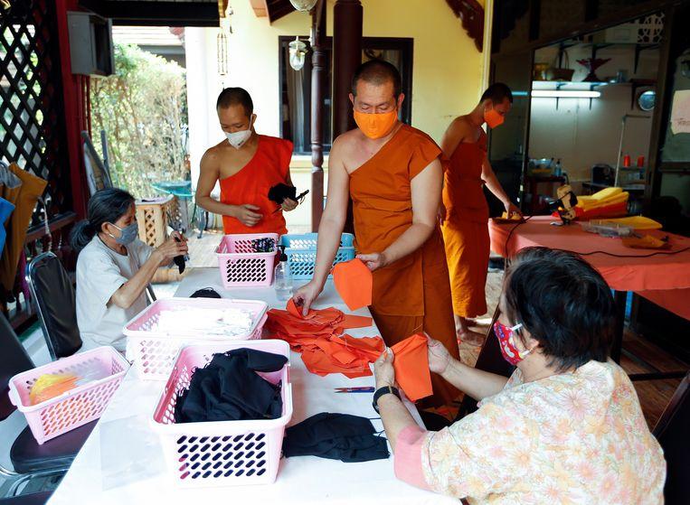Thaise monniken maken mondmaskers van plastic