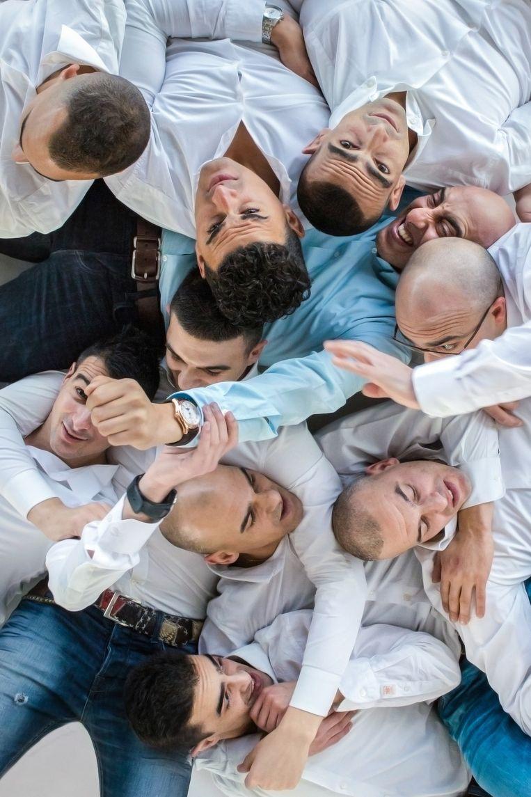 Soliman Allaui (37,blauwe blouse) heeft negen broers (en zes zussen) en komt uit Groningen. Hij is de enige van het gezin die naar Amsterdam is verhuisd. Beeld Cigdem Yuksel