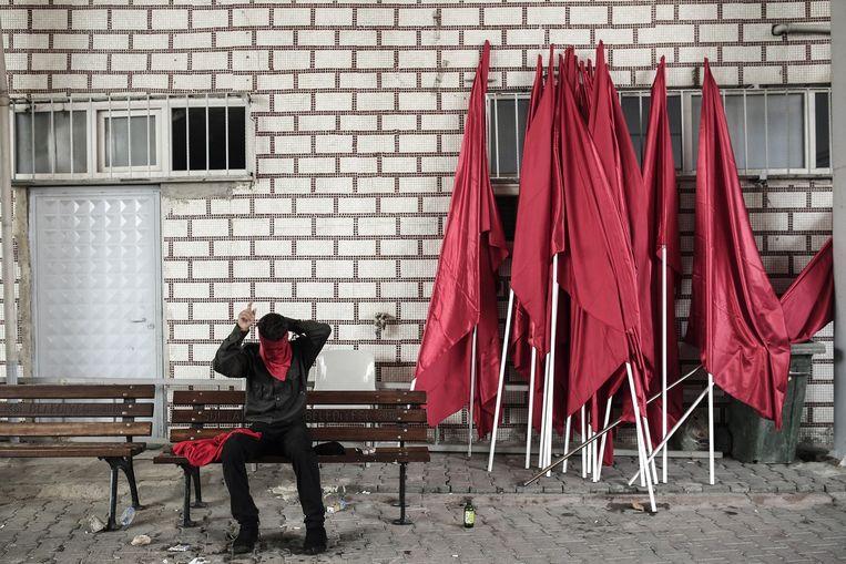 Een linkse demonstrant bereidt zich voor op een nieuw protest in Gazi, Istanbul. Beeld afp