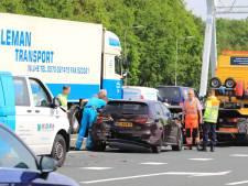 Bestelbus knalt achterop auto op A1 bij Amersfoort