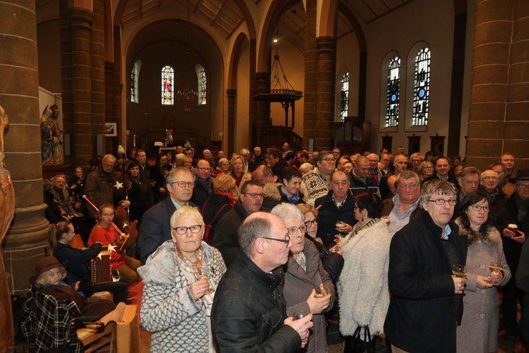 De inwoners van Heuvelland konden in de kerk samen klinken op het nieuwe jaar.