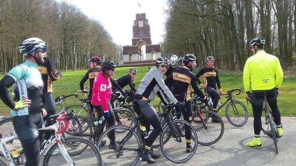Intussen is de groep aangekomen aan het Thiepval Mémorial in de Sommeregio.