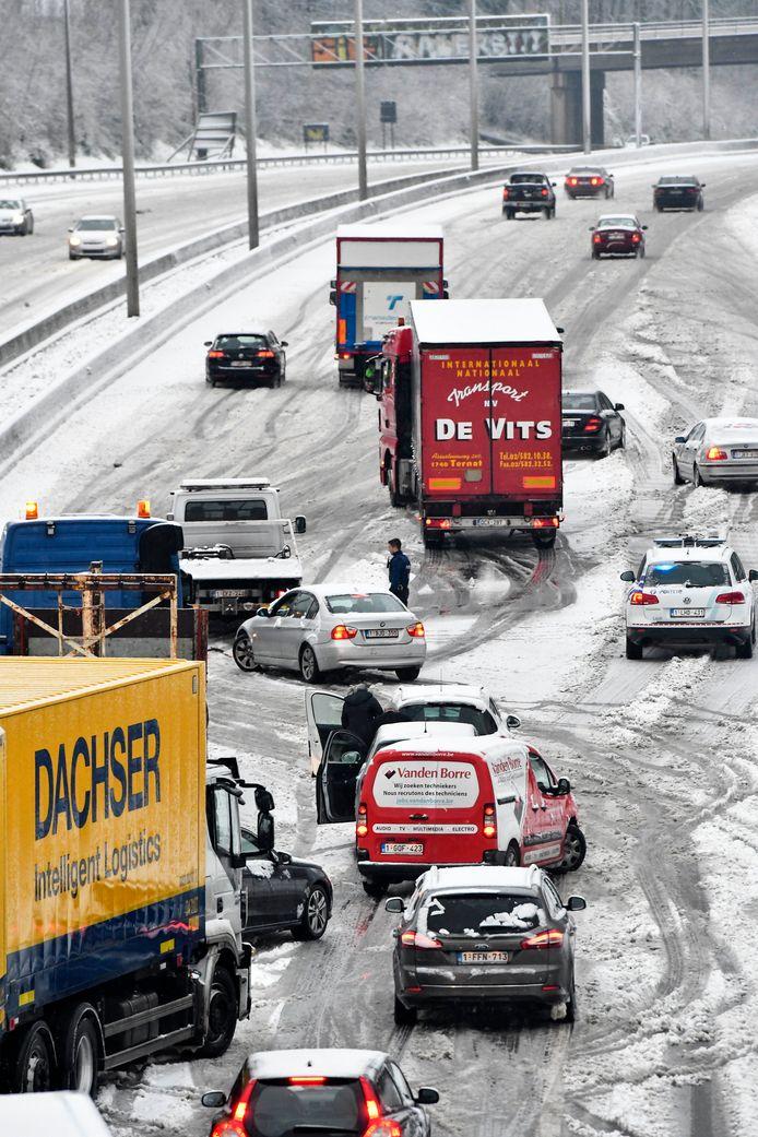 Een klein ongeval op de Brusselse Ring in Dilbeek mondde gisteren uit in dit chaotische sneeuwballet van traag schuivende auto's.