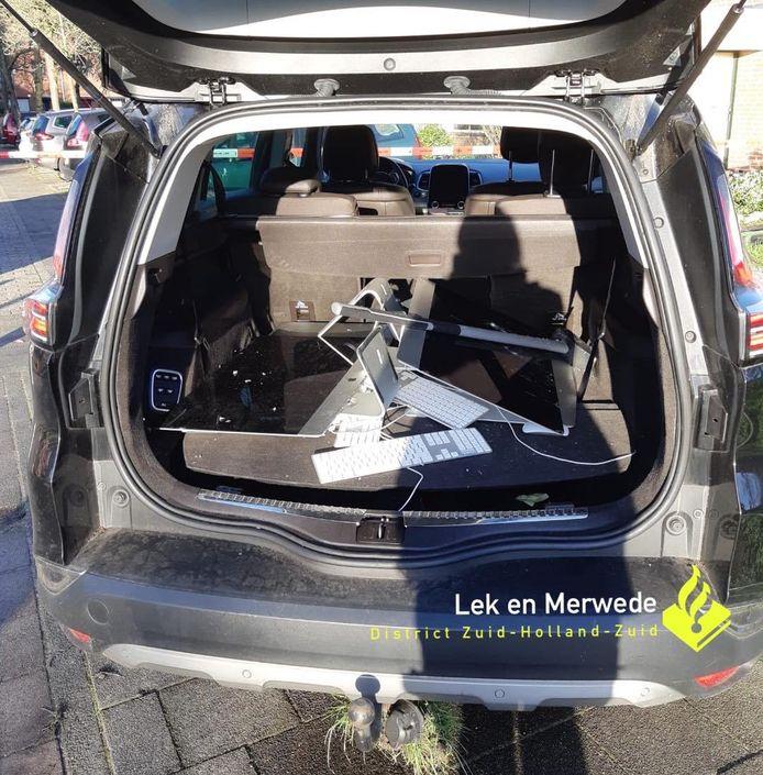Achterin de auto lagen computerspullen die in Hardinxveld-Giessendam gestolen bleken te zijn.