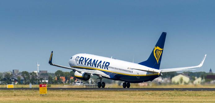 Een vliegtuig van Ryanair stijgt op van luchthaven Schiphol.