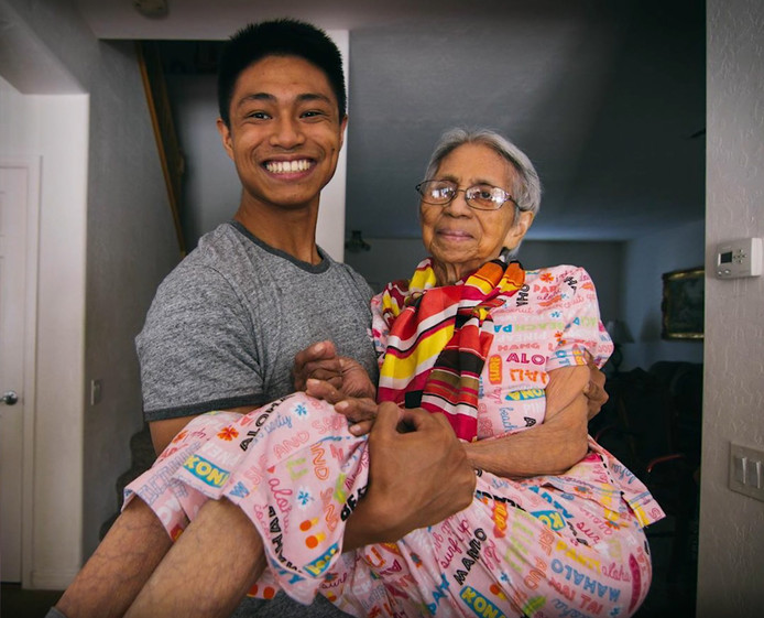 Chris Punsalan et sa grand-mère