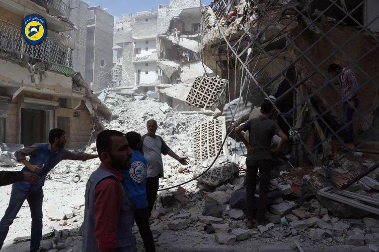 Puinhopen na een bombardement op de wijk al-Masshad in het oosten van Aleppo. Beeld ap