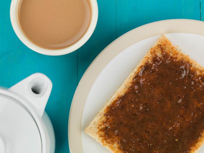 Boterham met marmite, ook een smeersel dat in een laboratorium werd ontwikkeld.