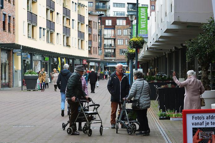 Hét gespreksonderwerp van de dag: het coronavirus. Iedereen weet ervan, iedereen praat erover met elkaar, zoals hier in het winkelcentrum van Etten-Leur.