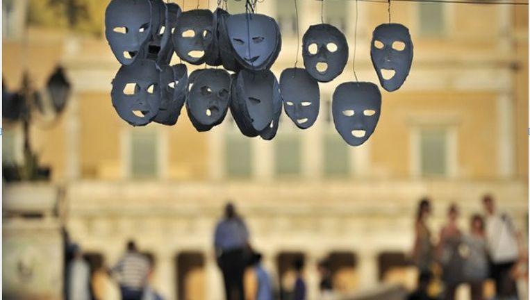 Maskers van demonstranten hangen op het Syntagma in Athene, tegenover het Griekse parlementsgebouw. ©AFP Beeld