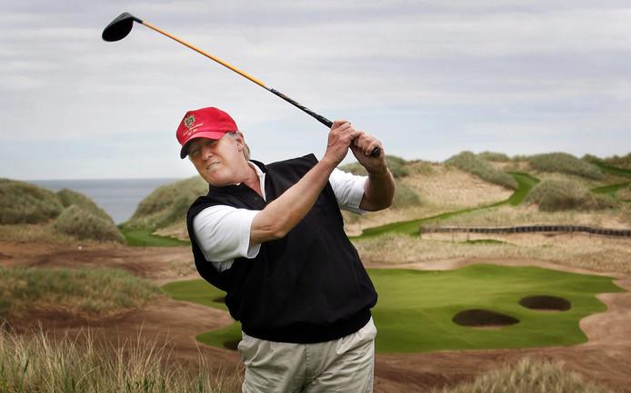Trump op de golfbaan in 2011, voordat hij de politiek in ging.