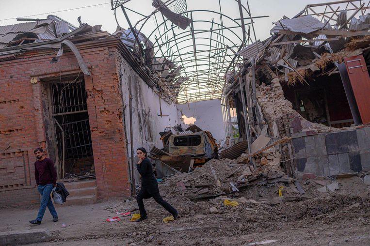 Bewoners in een straat in Ganda, Azerbeidzjan, nabij de conflictregio Nagorno-Karabach, kort nadat er een raket is ingeslagen. Beeld AFP