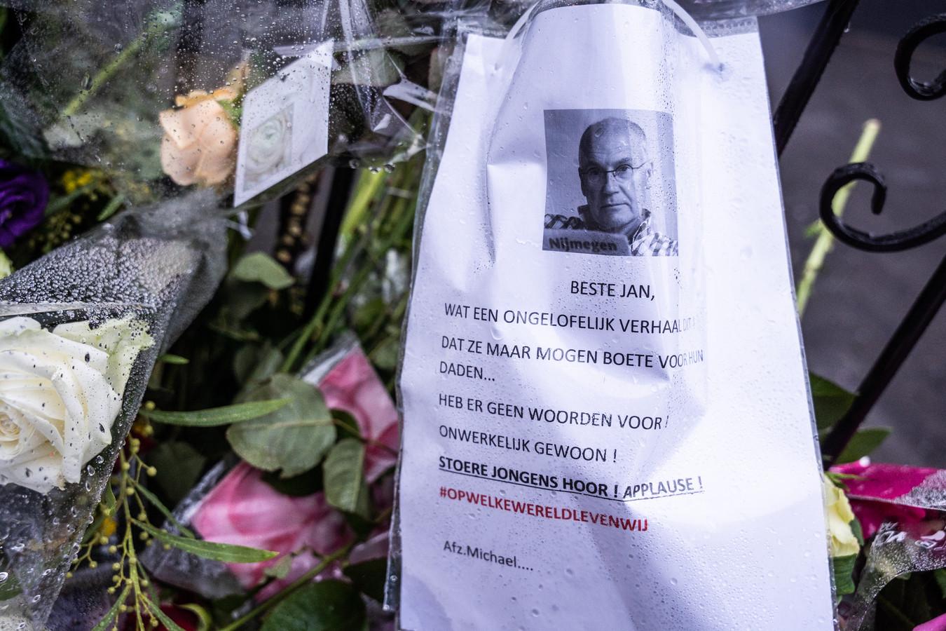 Bloemen voor de overleden Jan in het Spijkerkwartier.