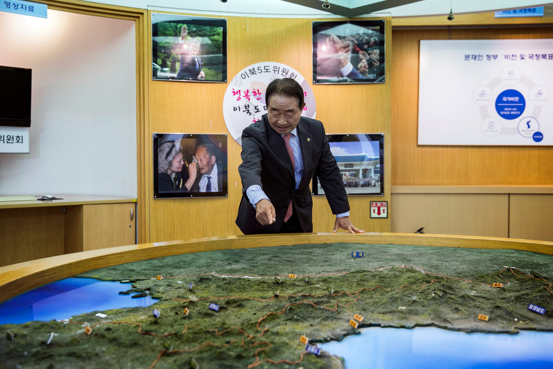 Lee Myung-woo wijst de provincie in Noord-Korea aan waarvan hij gouverneur is. Beeld Woohae Cho