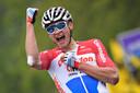 Mathieu van der Poel komt als eerste over de streep in de Brabantse Pijl.