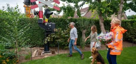 Wim heeft nu een grote spoorboom in de tuin staan: 'We doen dit eigenlijk nooit'