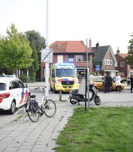 Fietser met spoed naar ziekenhuis na aanrijding in Almelo
