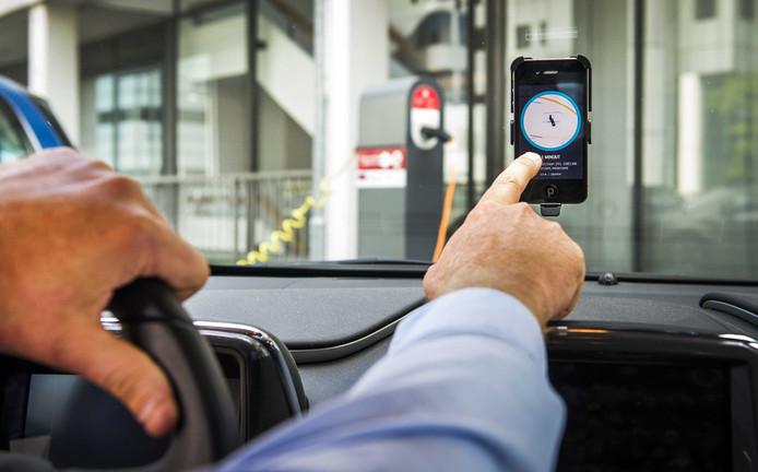 Een chauffeur van Uber accepteert een aanvraag voor een rit van een klant.
