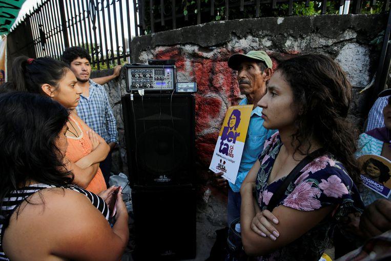 Dochter Berta Zunica Cáceres (rechts) luistert naar het proces over de moord op haar moeder. Beeld REUTERS