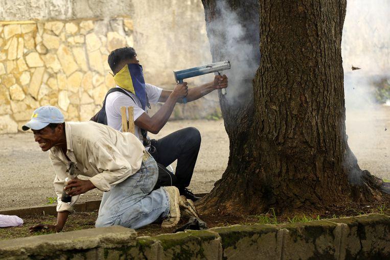 Demonstranten gebruiken zelfgemaakt vuurwapens.
