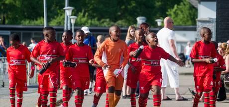 Voetballers uit Zuid-Afrika genieten in Oldenzaal