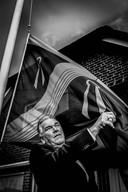 Leo Herms met de Wijchense vlag, die fier voor zijn huis wappert.