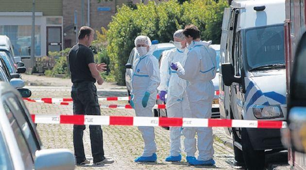 De omgeving van het huis waarin Bianca om het leven is gebracht, is door de politie afgezet voor forensisch onderzoek. FOTO ANP