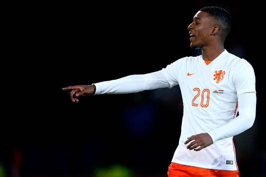 Riechedly Bazoer als international van Oranje tegen Wales (2-3 winst) op 13 november 2015.