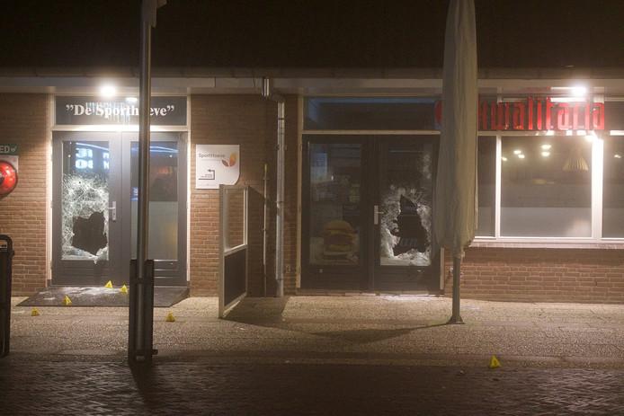 De ravage na de plofkraak op een pinautomaat in winkelcentrum Vromade in Bodegraven