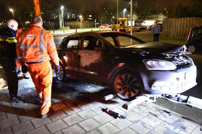 De Volkswagen Polo brandde geheel uit.