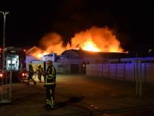 Grote uitslaande brand in kozijnenfabriek in Zelhem: veel rook, geen gewonden